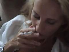 porno-blondinka-s-sigaretoy
